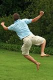 Glücklicher, aufgeregter Mann, springend in einer Luft Lizenzfreie Stockbilder