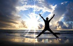 Glücklicher Überbrücker und schöner Sonnenaufgang Lizenzfreies Stockfoto