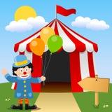 Glücklicher Clown nahe Zirkus-Zelt Stockfoto