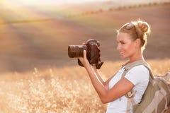 Glücklicher Fotograf, der Natur genießt Stockfotografie