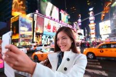 Glücklicher Frauentourist in New York, Times Square Stockfotografie