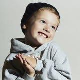 Glücklicher froher schöner kleiner Junge Moderner kleiner Junge in cap Lächelndes Kind Kinder in der erwachsenen Kleidung Herbstv Lizenzfreie Stockfotografie