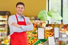 Glücklicher Geschäftsleiter im Supermarkt Stockfoto