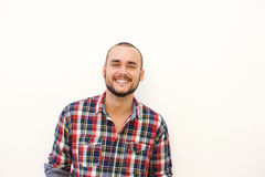 Glücklicher hispanischer Kerl im karierten Hemd Lizenzfreies Stockfoto