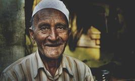 Glücklicher indischer Mann, der für das Kamera-Konzept lächelt Stockbilder