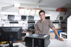 Glücklicher Inhaber eines Computerreparaturspeichers Lizenzfreies Stockbild