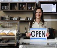 Glücklicher Inhaber eines geöffneten Zeichens der Kaffeevertretung Lizenzfreie Stockfotos