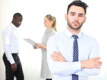 Glücklicher intelligenter Geschäftsmann mit Team Lizenzfreies Stockbild