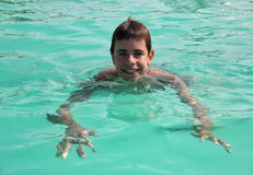 Glücklicher Junge in einem Swimmingpool Stockfotos