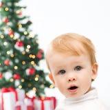 Glücklicher kleiner Junge mit Weihnachtsbaum und Geschenken Lizenzfreies Stockbild