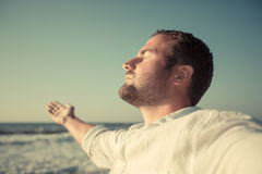 Glücklicher Mann, der das Leben am Strand genießt Stockfotos