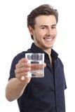 Glücklicher Mann, der ein Glas mit Süßwasser hält Stockfotos