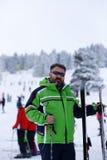 Glücklicher Mann, der im Schnee genießt Lizenzfreie Stockfotos