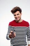 Glücklicher Mann, der Smartphone an Ihnen gibt Stockbilder