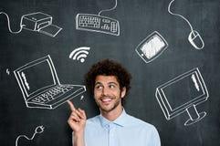 Glücklicher Mann mit Computertechnologie Lizenzfreie Stockfotos