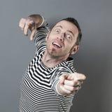 Glücklicher Mittelaltermann, der seine Finger mit Hoffnung in Richtung zu einem unzugänglichen Ziel zeigt Stockbilder