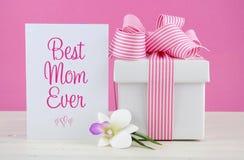 Glücklicher Mutter-Tagesrosa und weißes Geschenk mit Grußkarte Lizenzfreie Stockfotografie