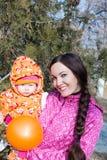 Glücklicher Mutter- und Kinderjunge, der draußen in den Blättern am Fall das Konzept der Kindheit und der schönen Mutter und des B Stockbild