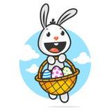 Glücklicher Osterhase hält Korb mit Eiern Stockfoto