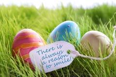 Glücklicher Ostern-Hintergrund mit bunten Eiern und Aufkleber mit Leben-Zitat Stockbilder