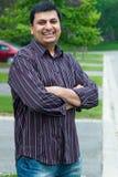 Glücklicher ostindischer Mann stehend außerhalb seines Hauses Stockbild