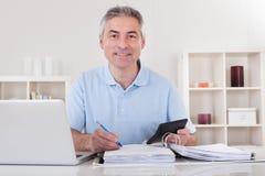 Glücklicher reifer berechnender Mann Lizenzfreies Stockfoto