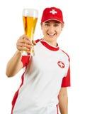 Glücklicher Schweizer Sportfan, der mit Bier zujubelt Lizenzfreie Stockfotos