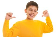 Glücklicher stattlicher hochmütiger Junge Lizenzfreies Stockfoto