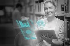 Glücklicher Student, der Zahlen auf ihrer futuristischen Tablette analysiert Lizenzfreie Stockbilder