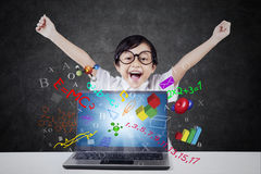 Glücklicher Student mit Laptop und Formel Stockbild