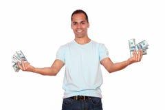 Glücklicher und aufgeregter erwachsener Mann mit Bargeld Stockbild