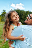 Glücklicher Vater-And Child Having-Spaß, der draußen spielt Familien-Zeit Lizenzfreie Stockfotografie