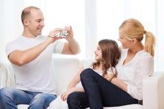 Glücklicher Vater, der Foto der Mutter und der Tochter macht Stockbild