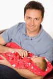 Glücklicher Vater hält Schätzchen an Lizenzfreies Stockfoto