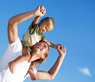 Glücklicher Vater und Sohn im Freien Lizenzfreie Stockbilder