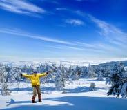 Glücklicher Wanderer in einem Winterwald Stockfoto