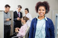 Glücklicher weiblicher Kundendienstrepräsentant Lizenzfreie Stockfotografie