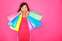 Glückliches aufgeregtes der Einkaufenfrau Lizenzfreie Stockbilder
