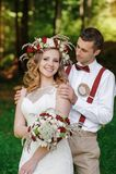 Glückliches Braut- und Bräutigamgehen Stockbilder