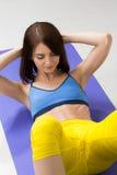 Glückliches cutie athletisches Mädchen, führen Übung an durch Stockbilder