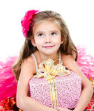 Glückliches entzückendes kleines Mädchen mit Weihnachtsgeschenkbox Stockfoto
