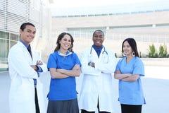 Glückliches erfolgreiches Ärzteteam Stockbild