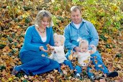 Glückliches Familien-Sitzen Stockbild