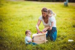 Glückliches Familienmalereivogelhaus Lizenzfreie Stockbilder