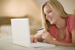 Glückliches Frau Einkaufen online Stockbilder