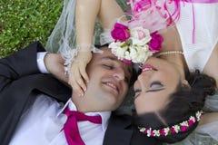 Glückliches gerade verheiratetes Paar Lizenzfreie Stockfotografie
