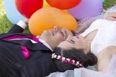 Glückliches gerade verheiratetes Paar Lizenzfreie Stockbilder