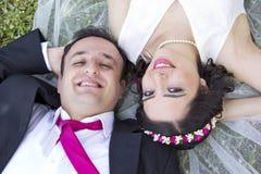 Glückliches gerade verheiratetes Paar Lizenzfreie Stockfotos