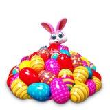 Glückliches Häschen auf Stapel von Eiern Stockbilder