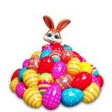 Glückliches Häschen auf Stapel von Eiern Lizenzfreies Stockfoto